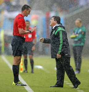 Miguel Herrera vs Wilmar Roldan (Eduardo Vedugo/AP)