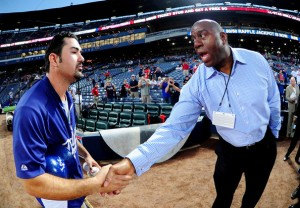 Adrián Gonzalez y Earvin Johnson (Zimbio.com)