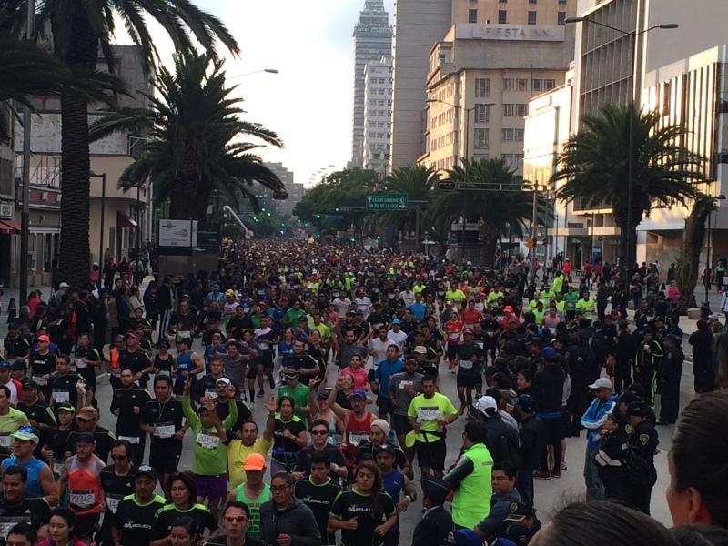 Así se vió el inicio del Maratón sobre la Avenida Juárez.